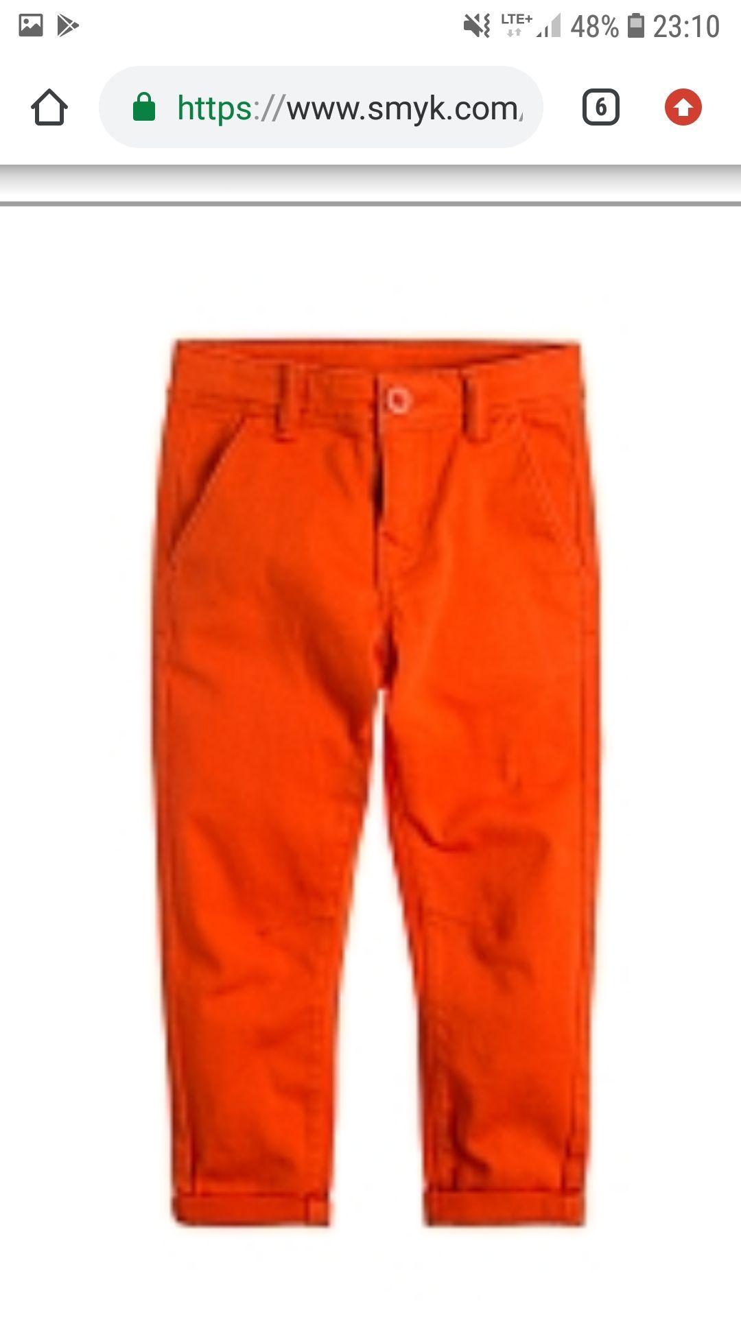 Chlopięce pomarańczowe spodnie chinosy.