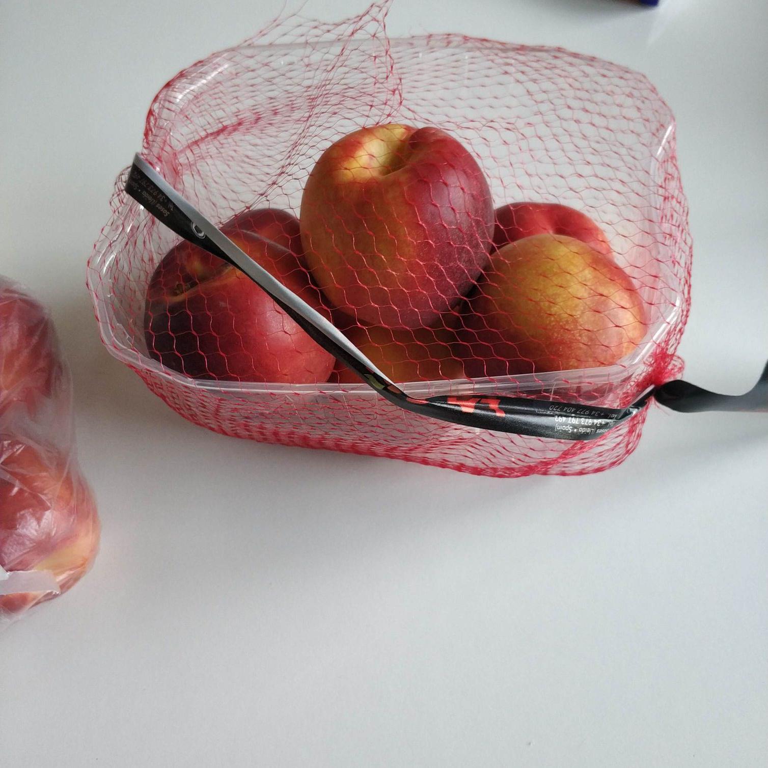 Auchan nektarynki 2.99 koszyk 1kg