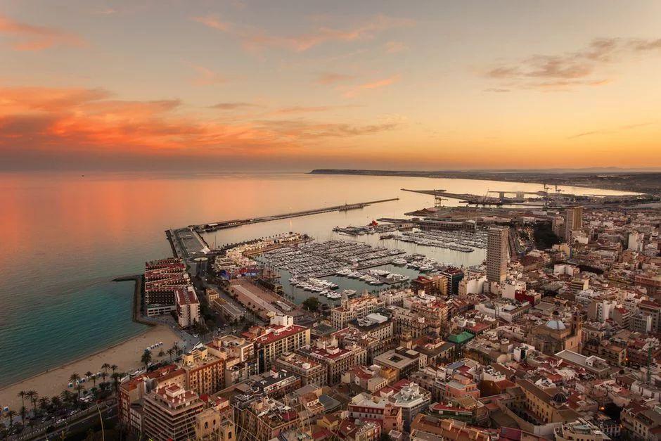Urlop w Hiszpanii: 4 noce w Alicante dla 4 osób za 421 PLN/os! Loty, apartament i auto w cenie. Wylot Gdańsk i inne