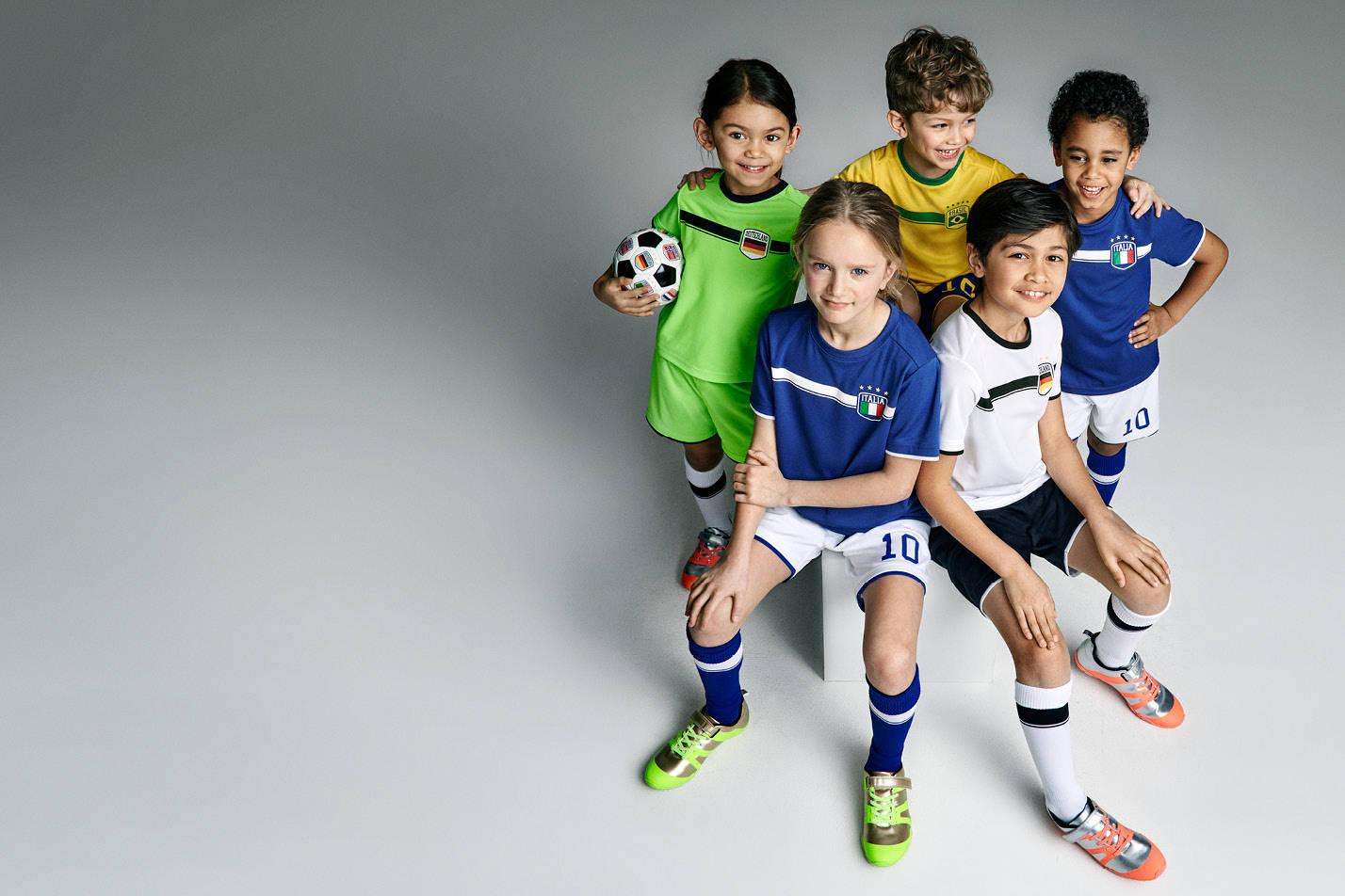 Dziecięca kolekcja futbolowa do -50% (podkolanówki za 6,90zł, koszulki od 8,90zł) @ H&M
