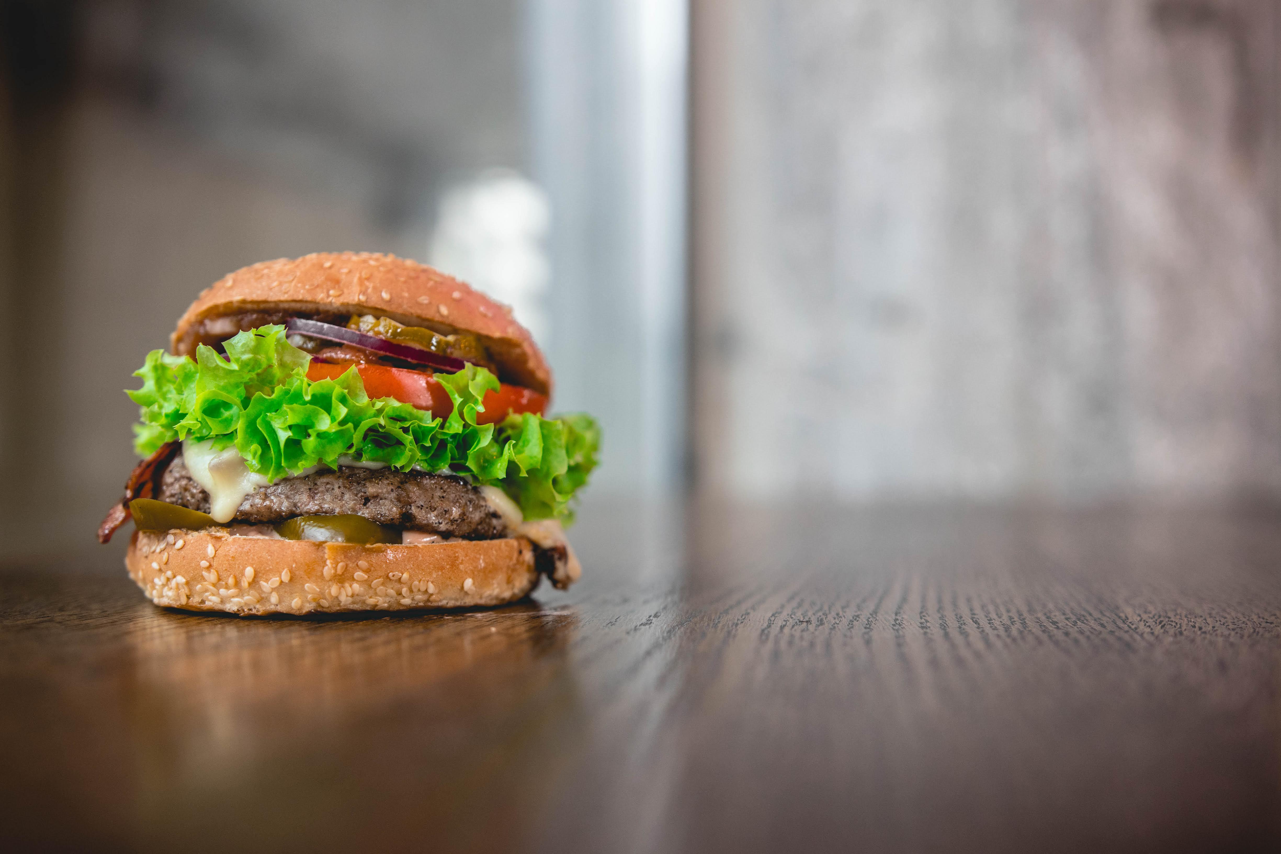 Bobby Burger: Hot Bacon + frytki = 15 zł