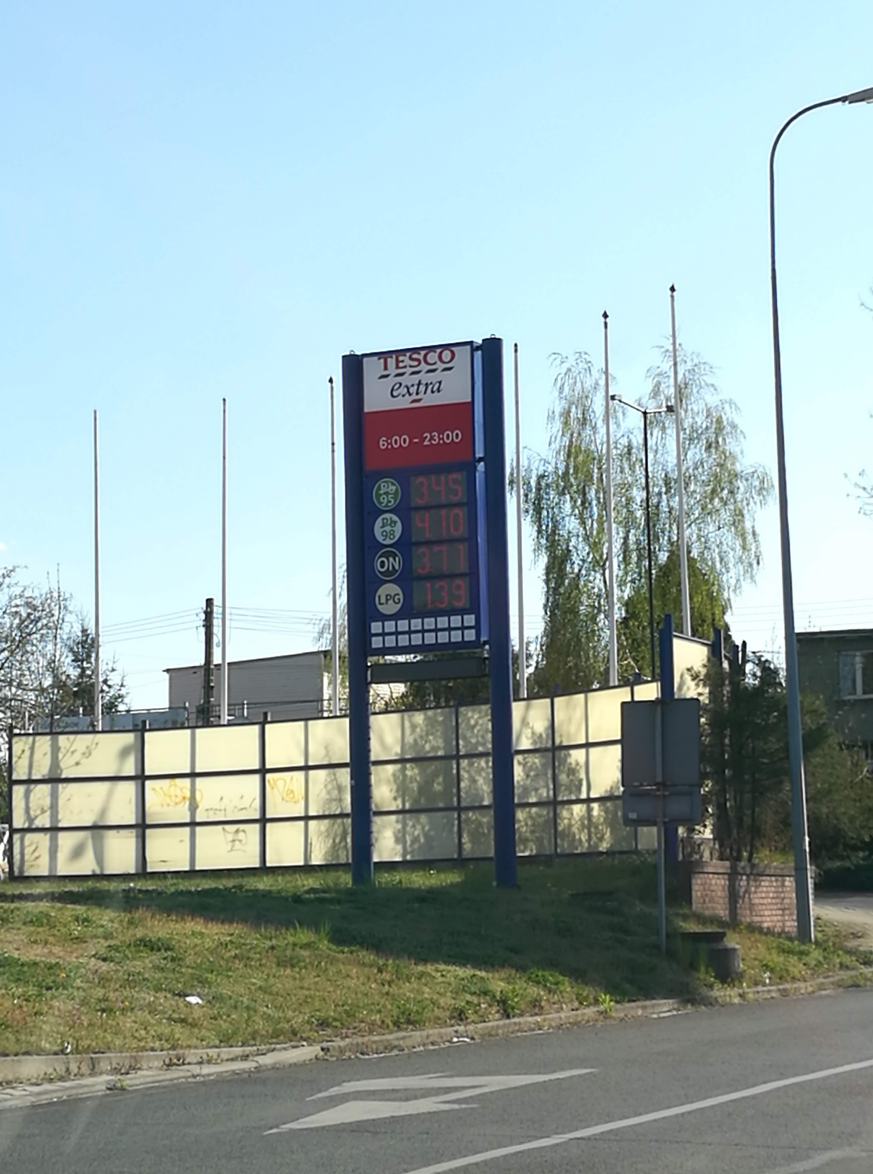 1,37zł LPG gaz, 3,40zł Pb95 benzyna, 3,55 ON diesel w Tesco Gliwice