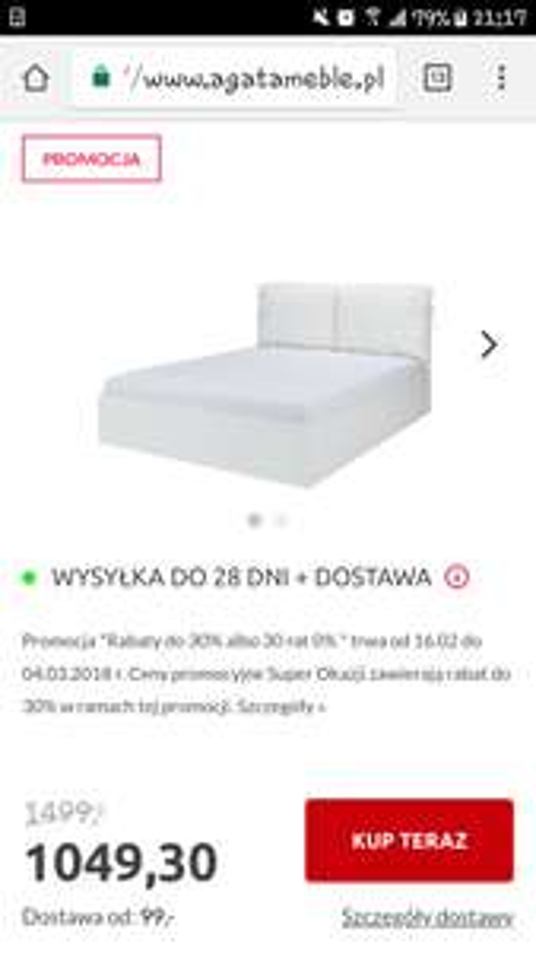 Łóżko z pojemnikiem na pościel i ozdobnymi poduszkami