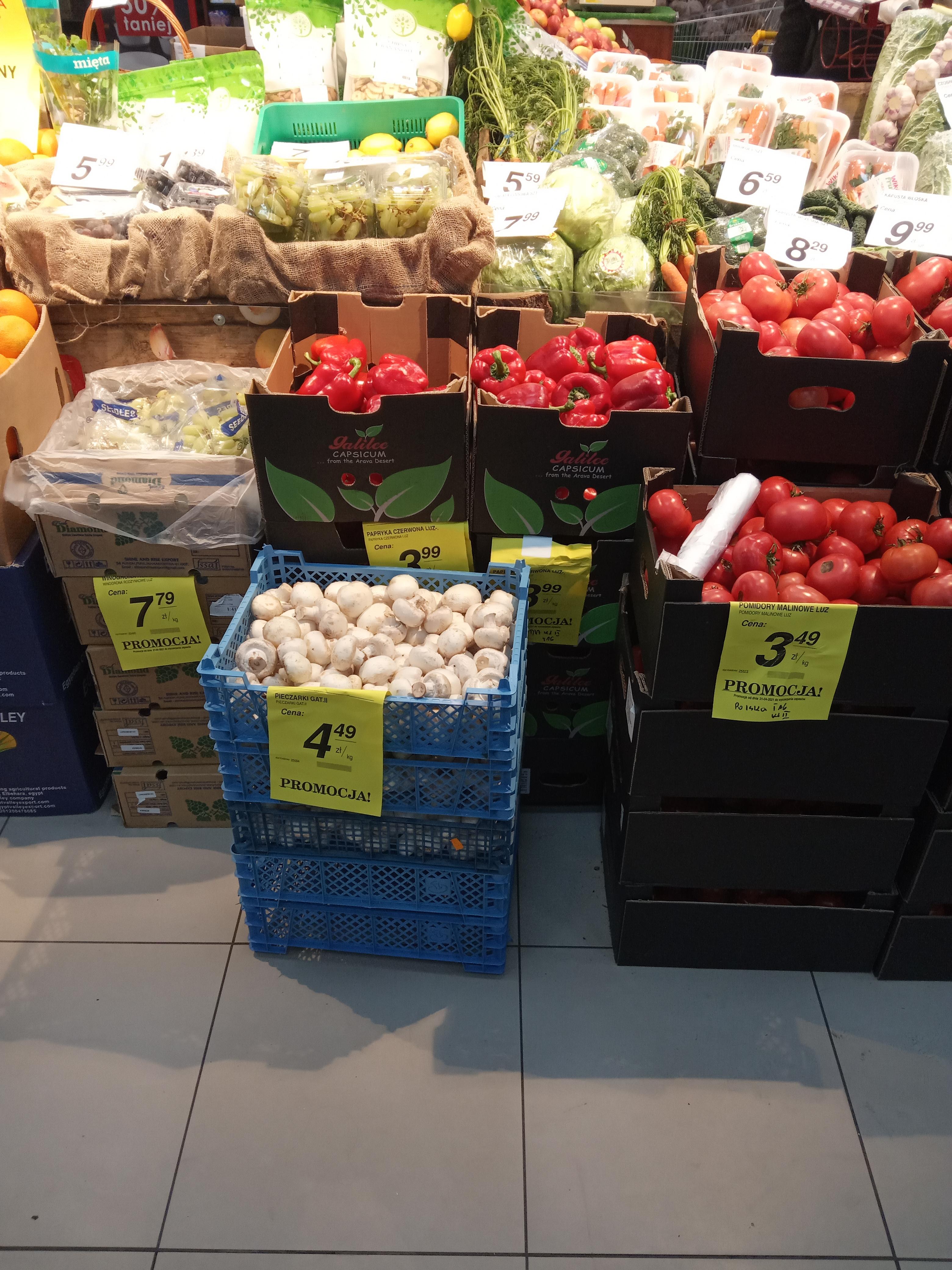 Polskie pomidory malinowe 3,49 zł/kg, żółte 1,99 zł/kg, śliwki 1,99 zł/kg, papryka 3,99 zł/kg PSS Społem